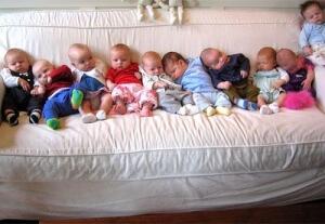 Многодетные семьи в РФ получают некоторые постоянные пособия на детей.
