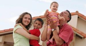 С момента рождения ребенка и до достижения и совершеннолетия, родители имеют право собрать документы на детское пособие до 18 лет