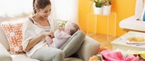 В декретном отпуске женщина получает ежемесячное пособие по уходу за ребенком