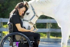 Если инвалид не имеет возможности оформить льготы, ему поможет социальный работник.