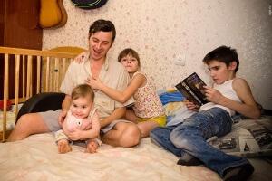 Раньше субсидии получали только многодетные матери, теперь и отцы