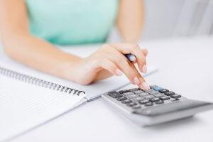 В калькуляторе нужно выбрать интересущее пособие