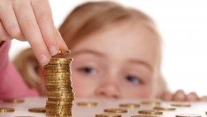 Мать получает ежемесячные выплаты до полутора лет