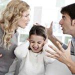 С кем остается ребенок при разводе родителей, и как принимается решение?